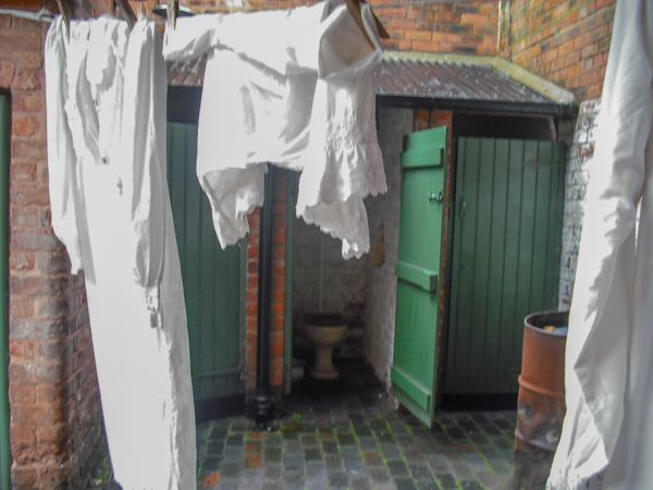 Birmingham Back to Backs photo, Outdoor loos and laundry!