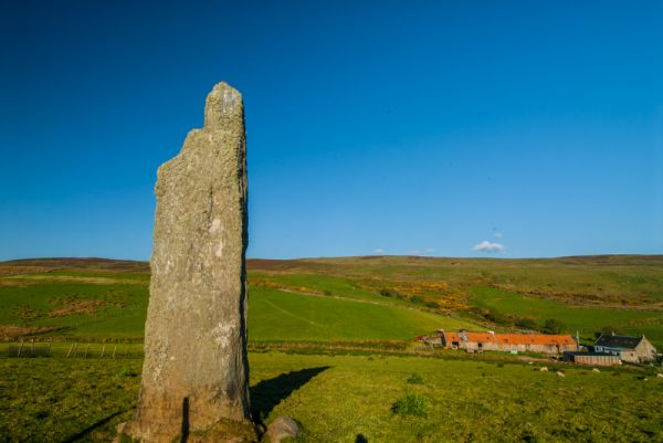Beacharr Standing Stone photo, The standing stone and Beacharr farmhouse