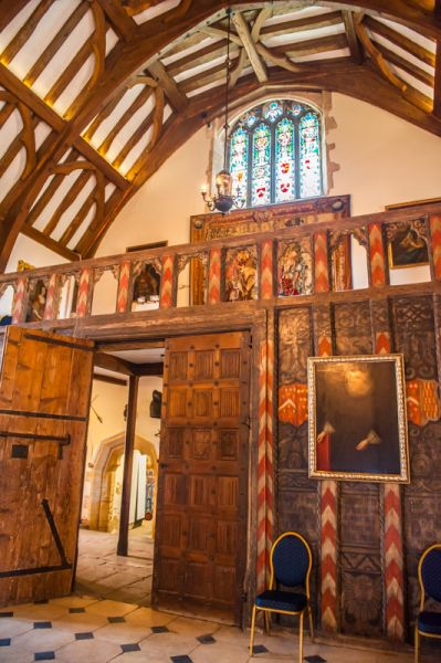 Berkeley Castle photo, The great hall's minstrel gallery