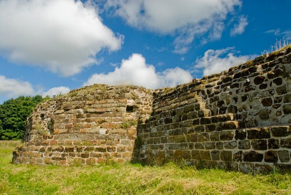 Bolingbroke Castle photo, The wall and circular corner tower