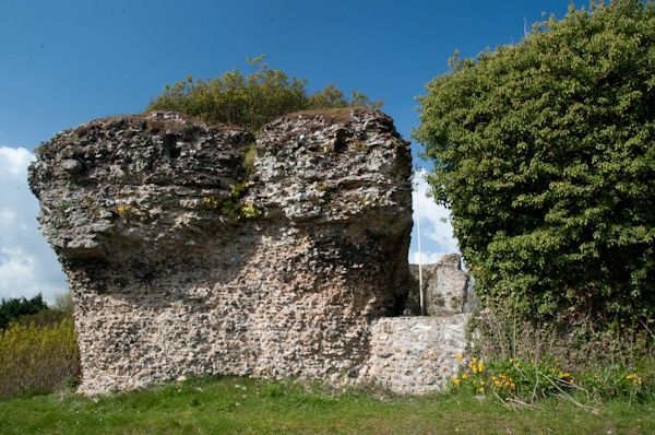Bungay Castle photo, Ruined walls 2