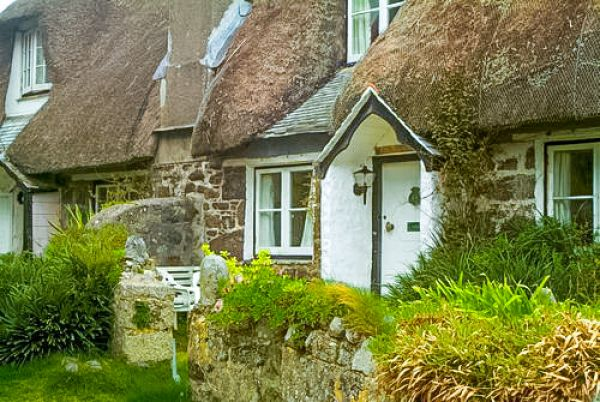 Cadgwith photo, A thatched cottage near the harbour