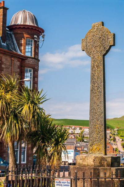Campbeltown Cross photo, The cross and its modern surroundings