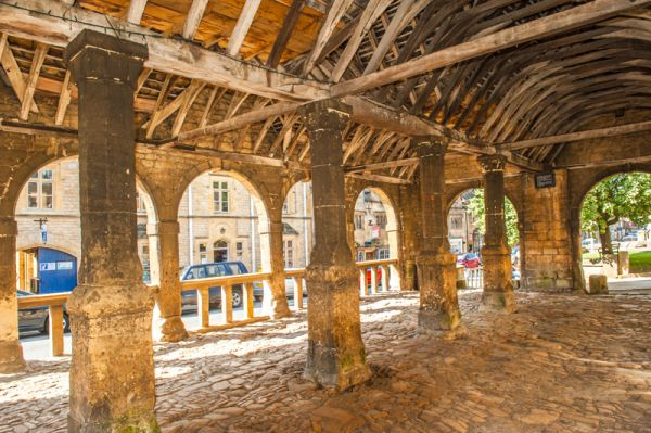 Chipping Campden Market Hall photo, The interior colonnade and cobbled floor