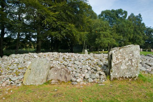 Clava Cairns photo, Cairn with standing stones