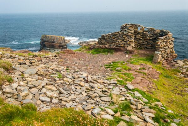 Brough of Deerness photo, Ruined walls on the edge of the cliff