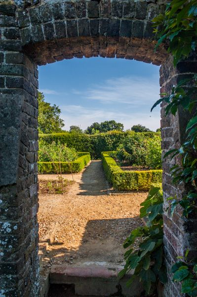 Home of Charles Darwin (Down House) photo, A garden archway