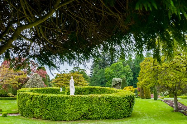 Drummond Castle Gardens photo, A circular hedge and statue