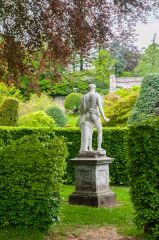 Drummond Castle Gardens, A classical statue and hedges