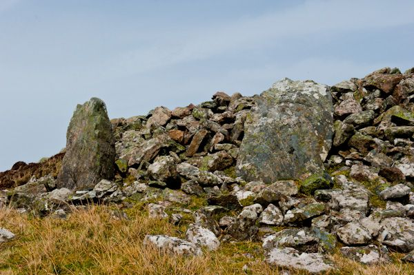 Dun Bharpa Chambered Cairn photo, Kerb stones at the cairn base