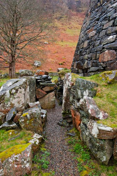 Dun Telve Broch photo, The passage outside the broch wall