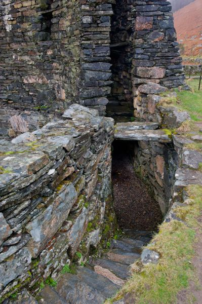 Dun Telve Broch photo, The narrow passage within the walls