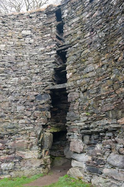 Dun Troddan Broch photo, Remains of the inner wall facing