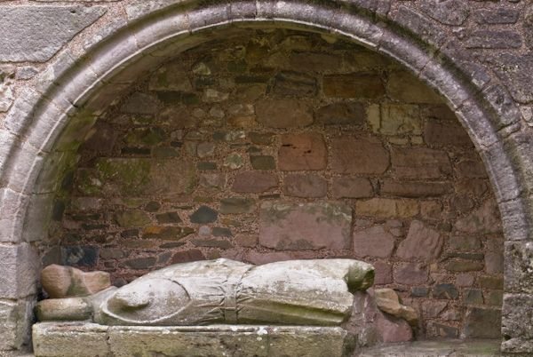 Dundrennan Abbey photo, Niche tomb and effigy