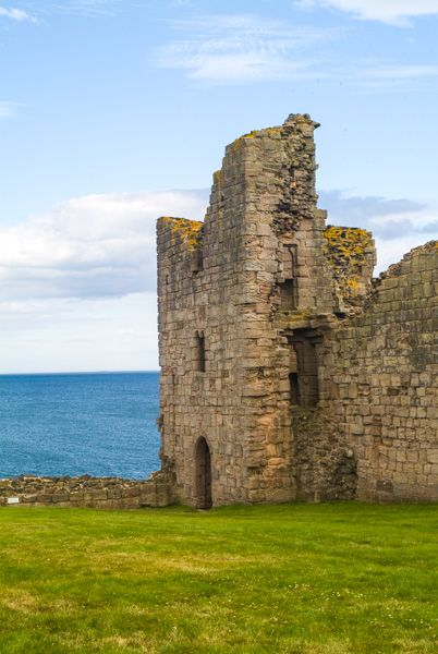 Dunstanburgh Castle photo, Inside the curtain wall