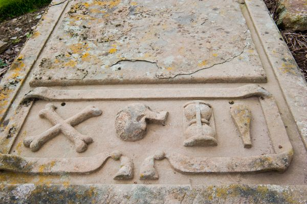 Eassie Old Church photo, Symbols of mortality on a gravestone