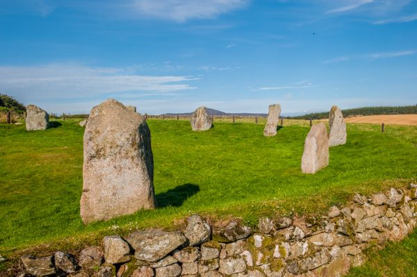 Easter Aquhorthies Stone Circle photo, The dry stone wall and raised bank