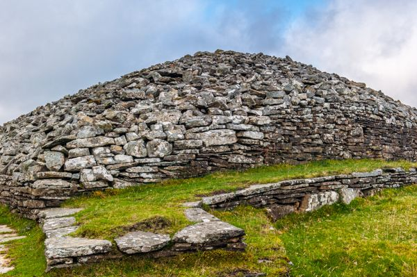 Grey Cairns of Camster photo, The long cairn and drystone walls