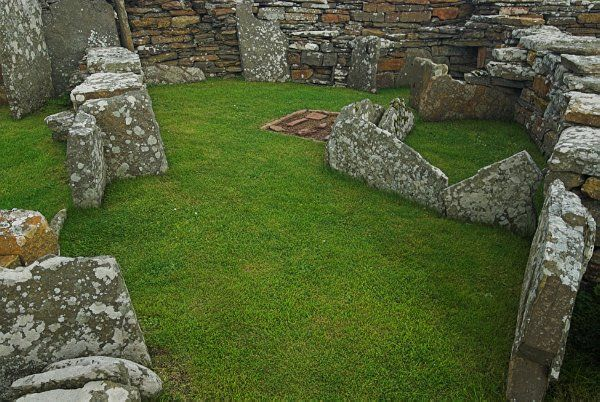 Broch of Gurness photo, Stone partition walls divide the interior