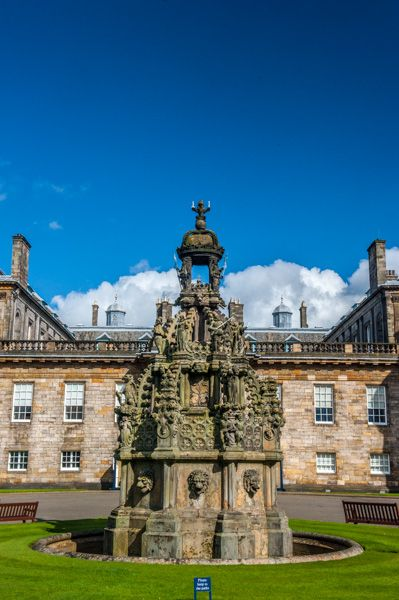Palace of Holyroodhouse photo, The forecourt fountain