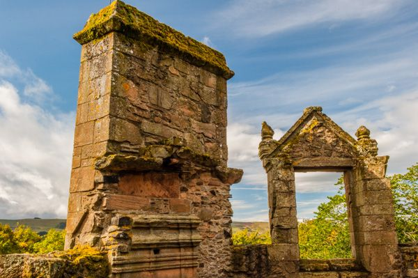 Huntly Castle photo, A ruined window and chimney stack