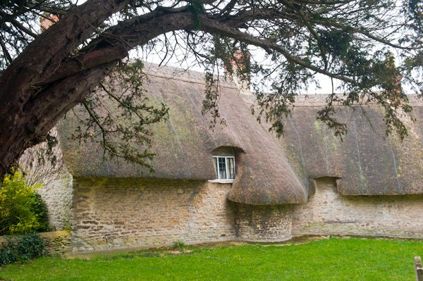 Islip photo, Thatched cottage near the church