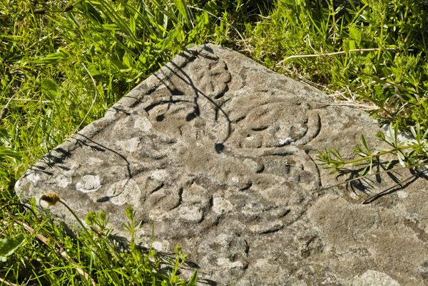 Kilchiaran Chapel and Cup Stone photo, Floral pattern on a medieval grave slab