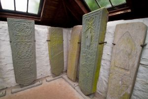 Kilmodan Sculptured Stones, Interior of the burial enclosure