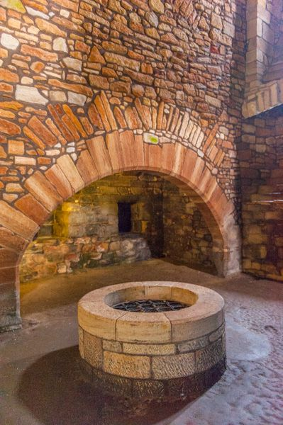 Linlithgow Palace photo, The well in the Lower Kitchen