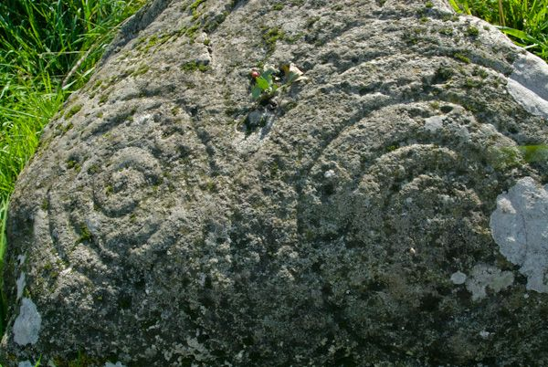 Little Meg Cairn photo, Spiral carved stone 2