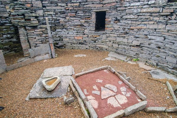 Midhowe Broch photo, A hearth iside the broch