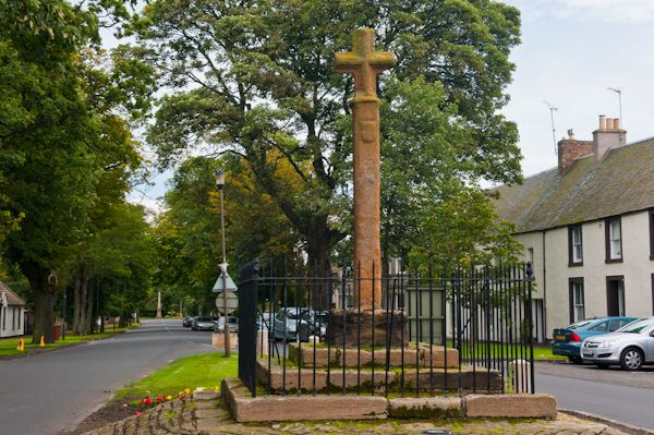 Ormiston Market Cross photo, Approaching the cross