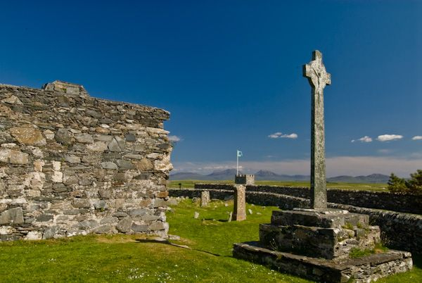 Oronsay Priory photo, Oronsay Priory church and Cross