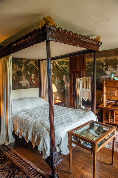 Owlpen Manor photo, An upstairs bedchamber and 4-poster bed