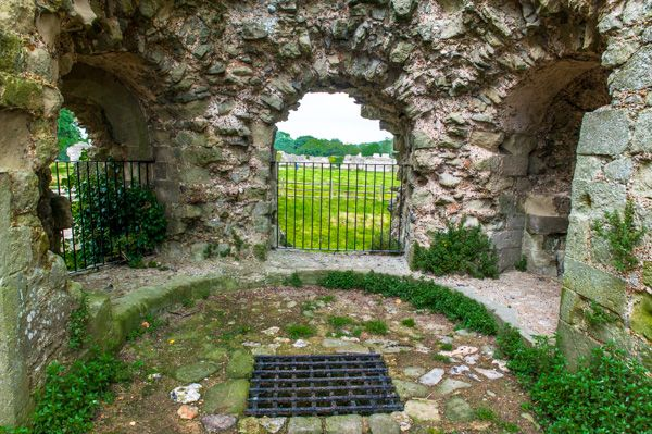 Pevensey Castle photo, The north gatehouse interior, c. 1200