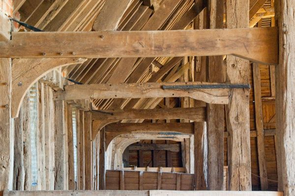 Priors Hall Barn photo, Aisle post braces