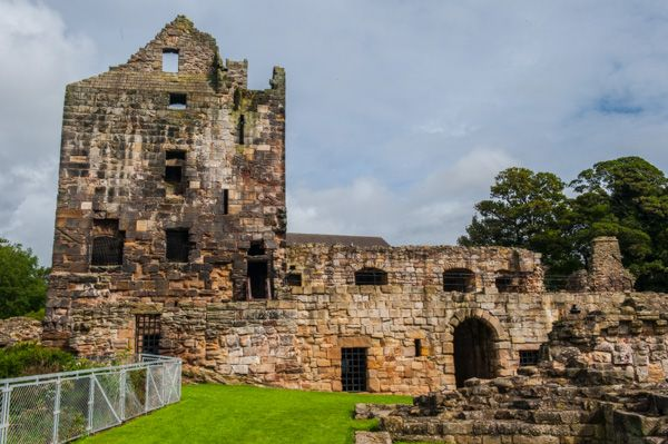 Ravenscraig Castle photo, The iner ward, looking towards the entrance