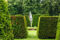 Renishaw Hall, Clipped hedges lead to a lovely fountain