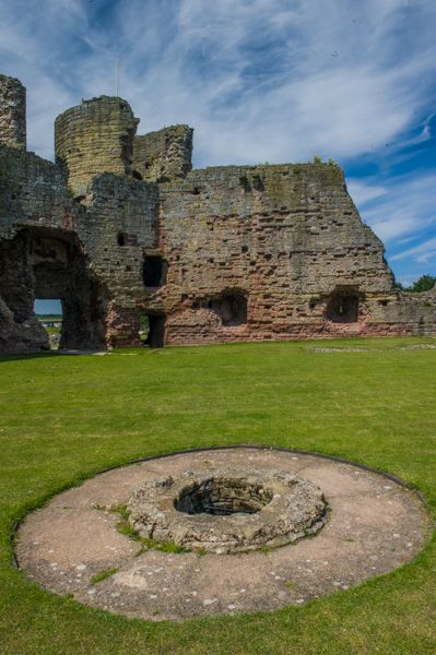 Rhuddlan Castle photo, The courtyard well
