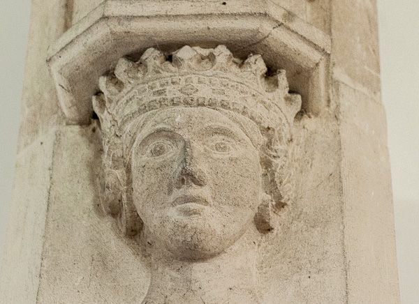 Rollestone, St Andrew's Church photo, Carved head of a queen on the chancel arch