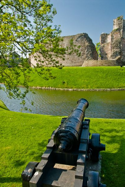 Rothesay Castle photo, Cannon pointed at the castle