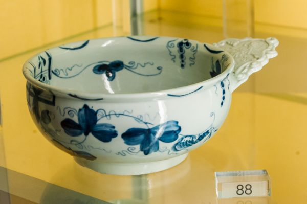 Museum of Royal Worcester photo, 1750s bleeding bowl