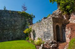 Ruthin Castle, Ruined walls in the upper bailey