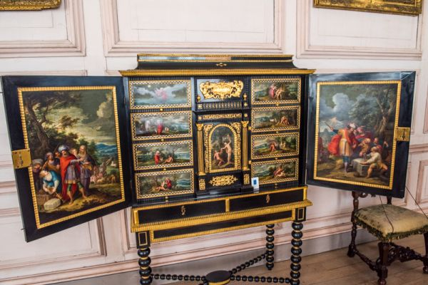 Sudbury Hall photo, Oriental lacquered cabinet in the Long Gallery