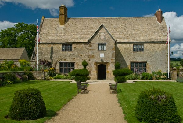 Sulgrave Manor photo, Manor House and formal lawns