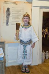 Dressing up in Egyptian style in the museum
