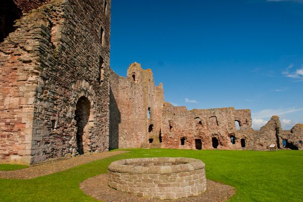 Tantallon Castle photo, The castle well