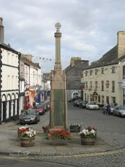 The war memorial and market square (c) Gerald Massey