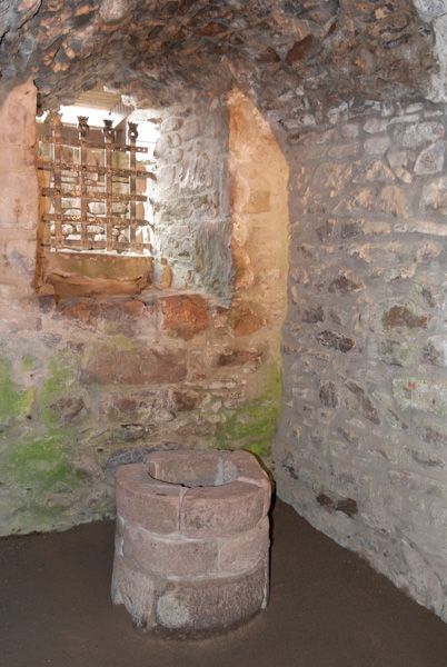 Urquhart Castle photo, A 'well-protected' well-chamber