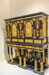 Victoria and Albert Museum, A gilded Medici cabinet